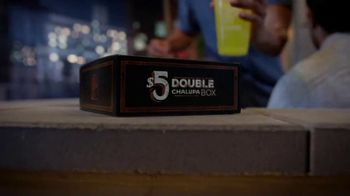 Taco Bell $5 Double Chalupa Box TV Spot, 'Aun mejor' [Spanish] - Thumbnail 1