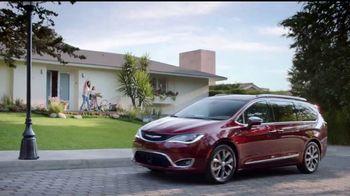 Chrysler Maneja y Descubre TV Spot, 'Hero' [Spanish] [T2] - Thumbnail 1