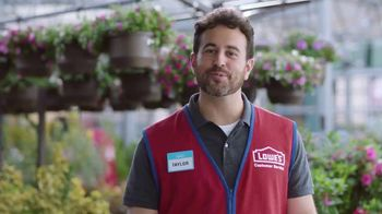 Lowe's Spring Black Friday TV Spot, 'Lawn Care Moment: Miracle-Gro' - Thumbnail 7