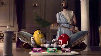 Crunchy M&M's TV Spot, 'Pampered' [Spanish] - Thumbnail 1