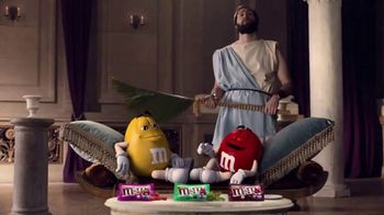 Crunchy M&M's TV Spot, 'Pampered' [Spanish]