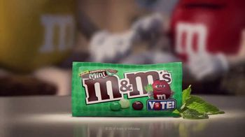 Crunchy M&M's TV Spot, 'Pampered' [Spanish] - Thumbnail 4