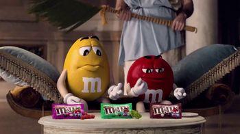 Crunchy M&M's TV Spot, 'Pampered' [Spanish] - Thumbnail 6