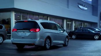 Chrysler Drive and Discover Pacifica Event TV Spot, 'When Pigs Fly: Hybrid' [T2] - Thumbnail 6