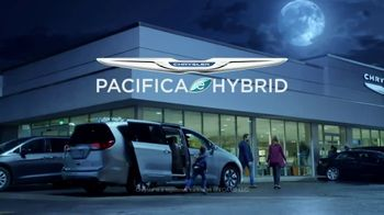 Chrysler Drive and Discover Pacifica Event TV Spot, 'When Pigs Fly: Hybrid' [T2] - Thumbnail 8