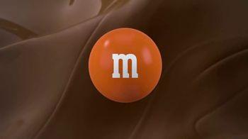 M&M's Caramel TV Spot, 'Group Talk' - Thumbnail 10