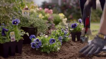 Lowe's Outdoor Entertaining Event TV Spot, 'Hanging Baskets or Planters' - Thumbnail 7