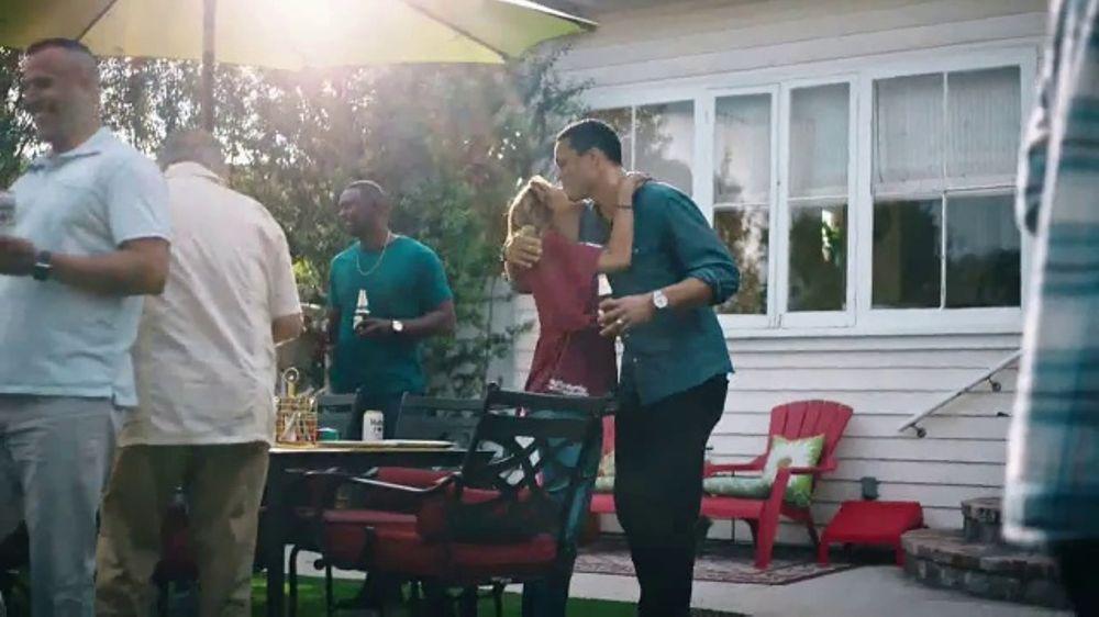 Modelo TV Commercial, 'Luchando por la familia' con Tony Gonzalez