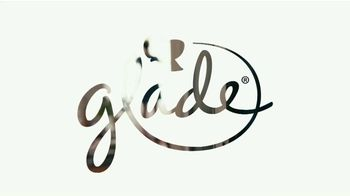 Glade Cashmere Woods Candle TV Spot, 'Valor' [Spanish] - Thumbnail 1