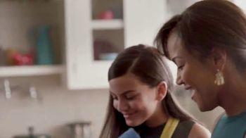 Walmart TV Spot, 'Cena navideña' canción de Luis Fonsi [Spanish] - Thumbnail 2